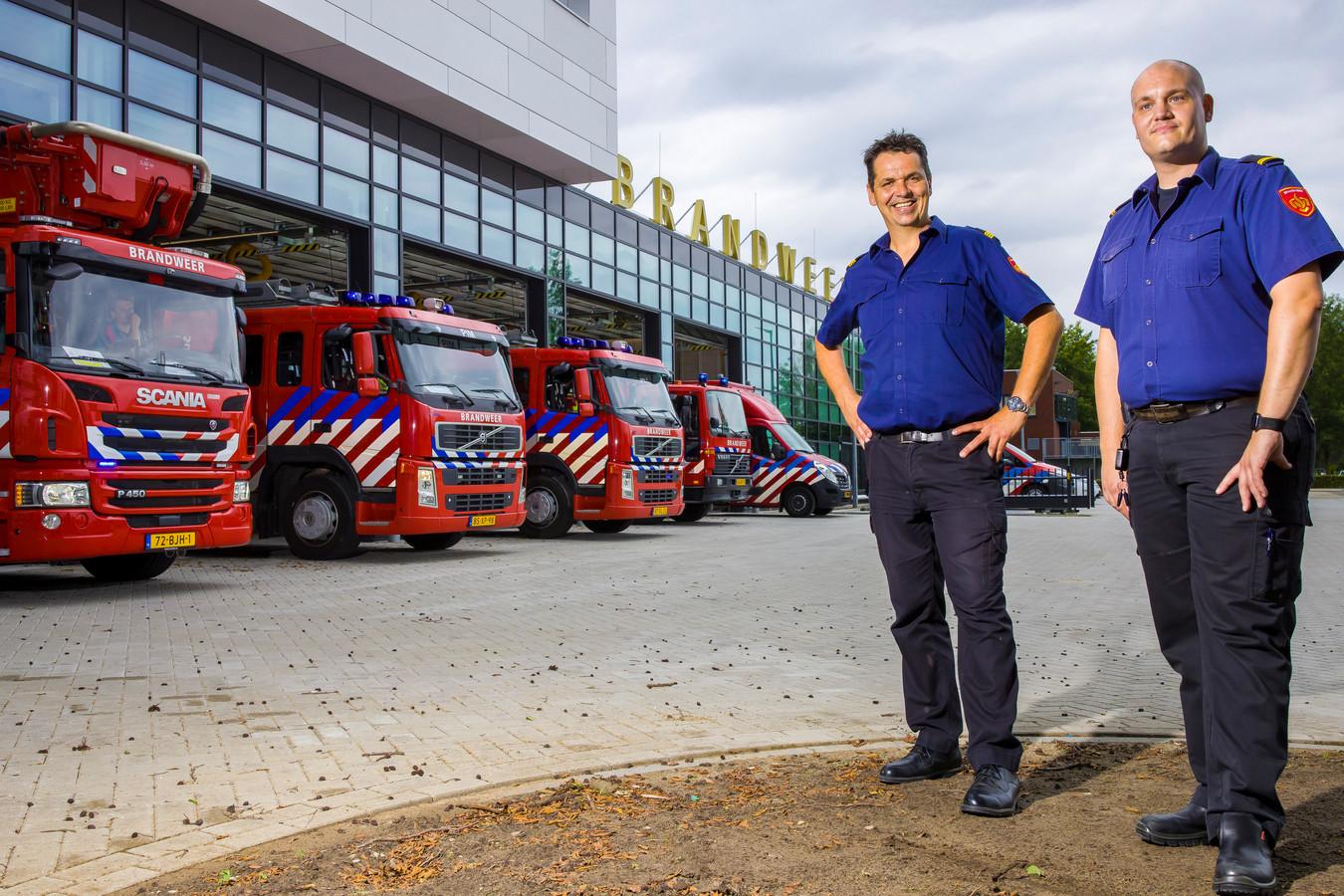 Arjan Gijsbers (links) en Nick Heeffer voor de nieuwe brandweerkazerne aan de Taxandriaweg in Waalwijk.