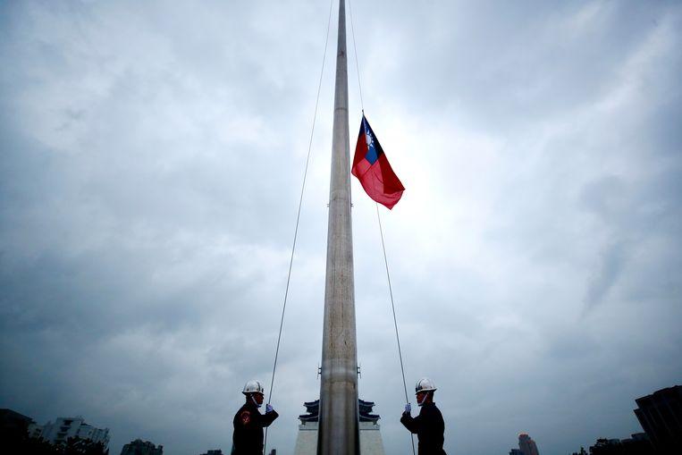 Een erewacht strijkt de Taiwanese vlag op het Vrijheidsplein in de hoofdstad Taipei.  Beeld EPA