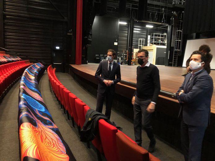 Stefan van de Ven (midden) en Frank van de Ven (rechts) leggen aan CDA-lijsttrekker Wobke Hoekstra uit hoe de theaterzaal van de Blauwe Kei gebruikt kan worden en toch veilig tegen corona kan zijn.