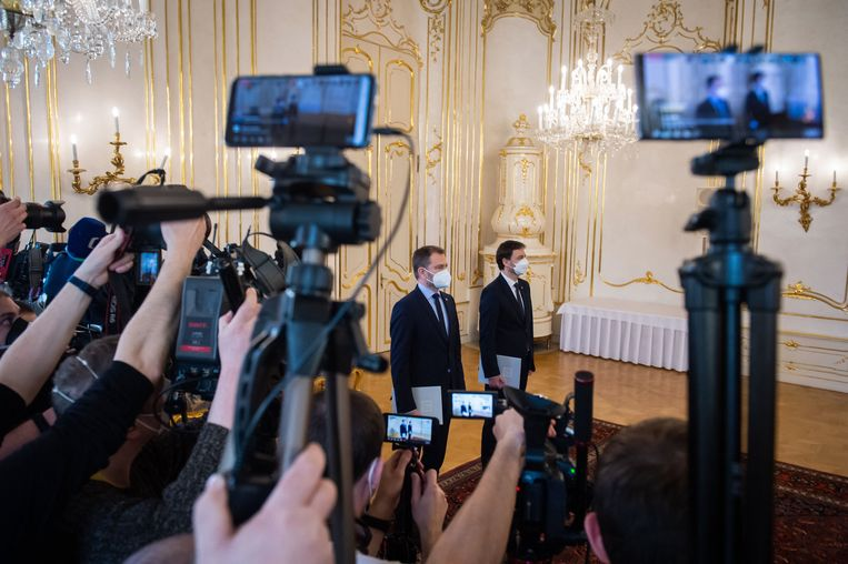 De afgetreden Slowaakse premier Igor Matovic, links, met zijn opvolger Eduard Heger.  Beeld Hollandse Hoogte / AFP