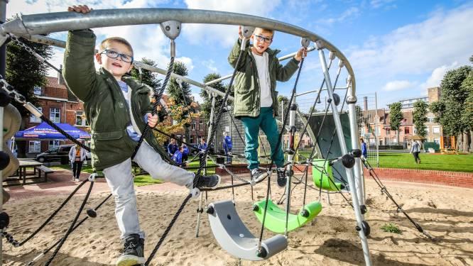 Nieuw basketveld, groen voetbalplein én nieuwe speeltoestellen voor Werfplein en deze kinderen gingen ze meteen uittesten