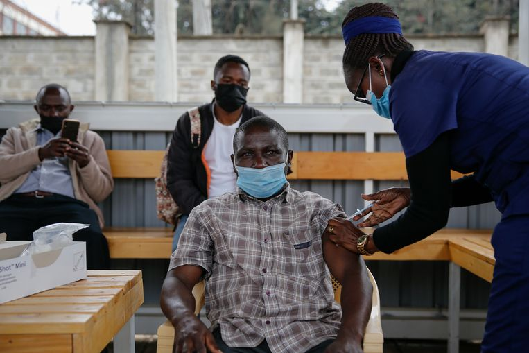 Een Keniaan wordt ingeënt in een ziekenhuis in Nairobi. Beeld AP