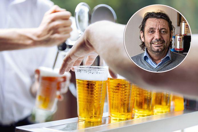 Wegwerpbekers zijn vanaf 3 juli taboe, ook in Zwolle. Restauranteigenaar Hendrik Karabagias heeft er nog heel wat liggen.