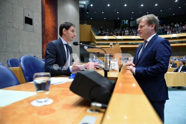 CDA'ers Wopke Hoekstra (l.) en Pieter Omtzigt letterlijk tegenover elkaar tijdens een Kamerdebat in mei 2019. De twee staan nu ook figuurlijk lijnrecht tegenover elkaar, blijkt uit de gelekte memo van Omtzigt. Hij haalt daarin fel uit tegen Hoekstra en andere leden van de partijtop.