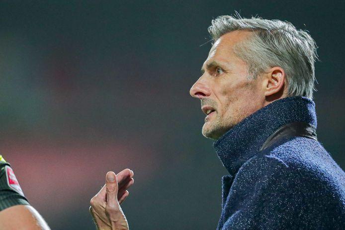 Kees van Wonderen geeft aanwijzingen tijdens NEC - Go Ahead Eagles. Na een 2-0 achterstand knokte zijn ploeg zich terug tot 2-1 en zelfs bijna tot 2-2.