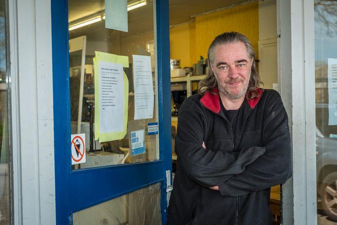 Gerjo Pereira in de deuropening van zijn kringloopwinkel in Wezep. Hij wil iedereen de vrije keuze geven om een mondkapje te dragen. De dwangsom van 500 euro die de gemeente hem wil opleggen, bevechten zijn advocaten voor de rechtbank.