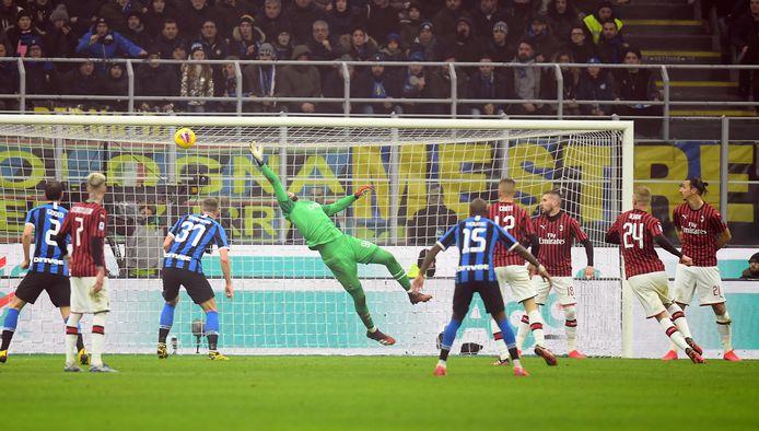 Milan-doelman Gianluigi Donnarumma is kansloos op de kopbal van de niet zichtbare Stefan de Vrij.