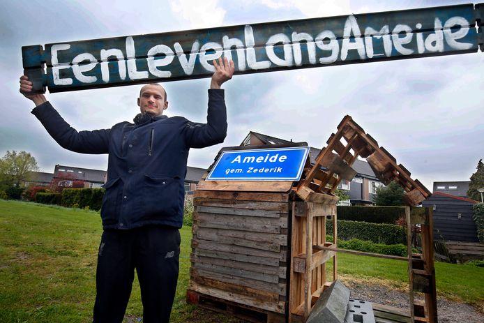 Kris de Kruijk met enkele attributen waarmee de jeugd in Ameide deze week opnieuw protesteerde tegen het tekort aan woningen in hun stadje.