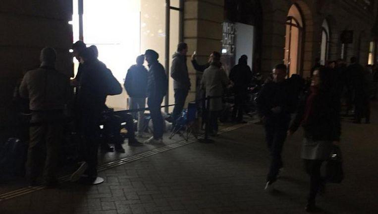 De rij voor de winkel in Amsterdam. Beeld Rico Beek
