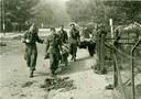 Twee zwaargewonde Britten worden op een brancard het huis aan de Utrechtseweg 151 uitgedragen. Een foto van de Duitse legerfotograaf Jacobsen gemaakt tijdens de Slag om Arnhem bij het noodhospitaal van het 133rd Para Field Ambulance.