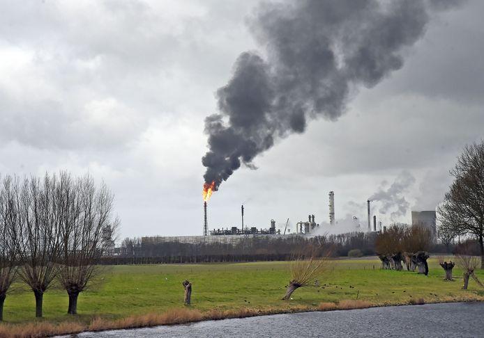 Dow fakkelt af met een zwarte roetpluim, archieffoto.