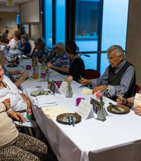 Sjiek de friemel: bewoners Nieuwehagen eten driegangenmenu op de gang