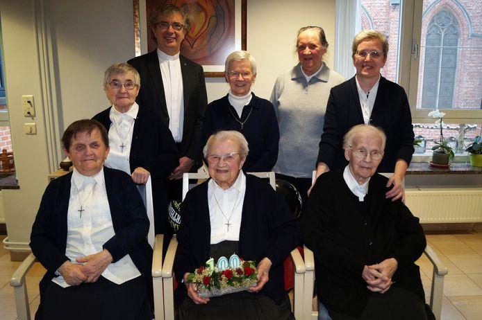 Zuster Marie-Madeleine Debevere (centraal) vierde haar 100ste verjaardag