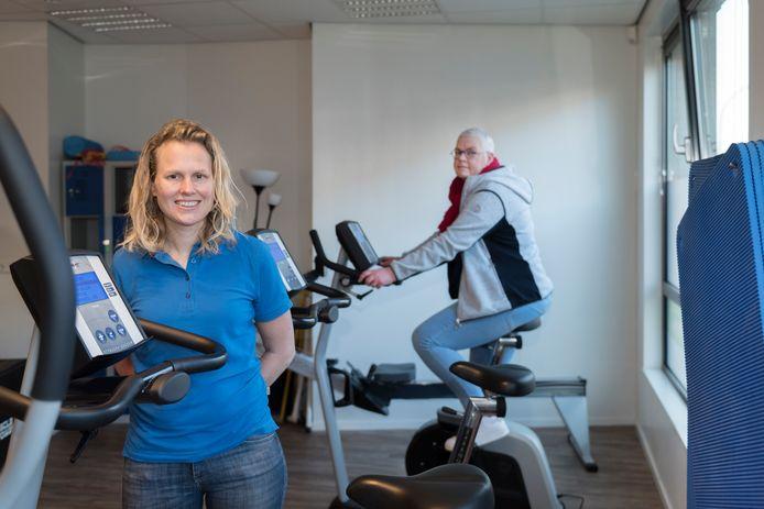 Fysiotherapeut Mirjam Donders, initiatiefnemer van het Oncologienetwerk Rheden-Dieren, met achter zich patiënt Lisbeth van der Rijst.