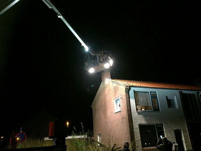 De hoogwerker in actie in Almelo