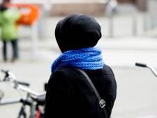 Om hoofddoek mishandeld meisje (14): Een vrouw liep door toen ik huilend op de grond lag