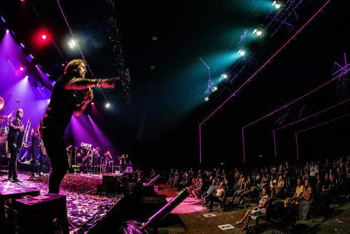 André Hazes treed op in de Brabanthallen, met het publiek op 1,5 meter afstand van elkaar. Foto ANP