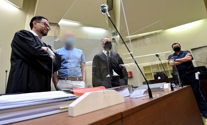 Mark Schmidt (tweede van links) in de rechtbank van München.