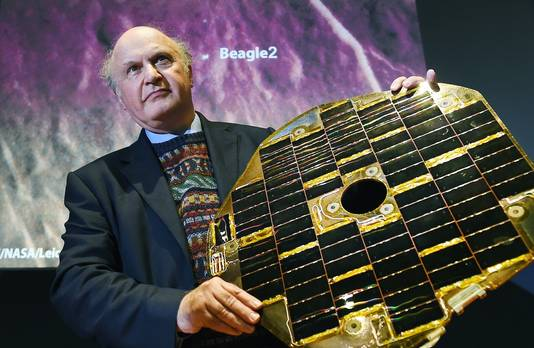 Professor Mark Sims met een paneel van de Beagle-2.