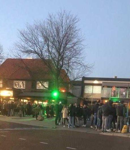 Bewoners steken horeca hart onder de riem in Laren: politie veegt te vol plein leeg