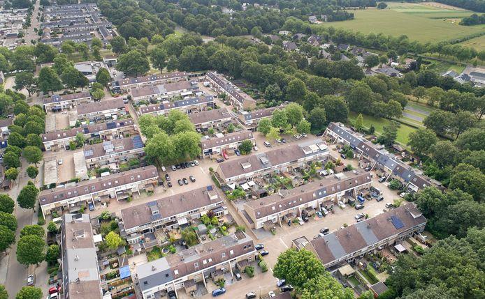 De Staringstraat in Oss bestaat, net als veel andere straten in de Ruwaard, uit een aantal erven met woningen. Aan deze kant met even huisnummers zijn sinds een paar jaar veel huizen opgekocht als beleggingsobject. Rechts de Ruwaardsingel.