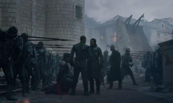 Jon probeert Grey Worm ervan te overtuigen dat hij niemand hoeft te doden.