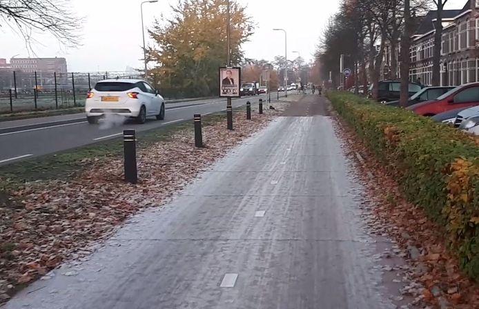 Een ijswit plastic fietspad vrijdagochtend in Zwolle.