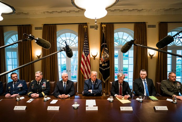 Trump bespreekt met vice-president Pence en de legerstaf of en hoe hij Syrië zal aanpakken.