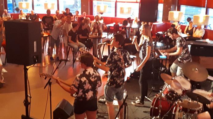In het theatercafé trakteerde de jonge band Lowki het publiek op opgewekt klinkende,alternatieve pop.
