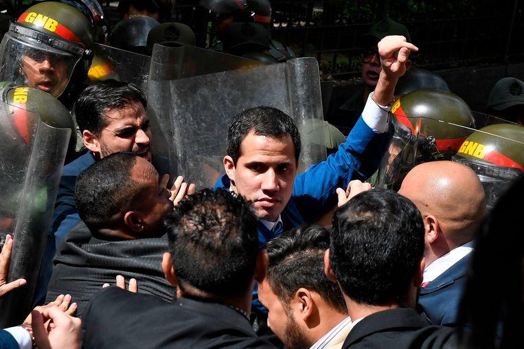 Juan Guaidó wordt geblokkeerd terwijl hij het parlement probeert te bereiken. Beeld AFP