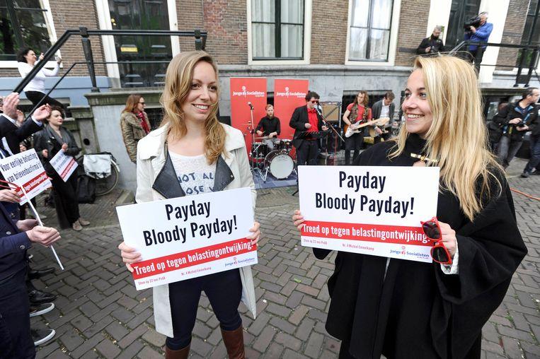 Protest voor de deur van de brievenbusfirma's  van U2 en The Rolling Stones in Amsterdam. Beeld Gratis