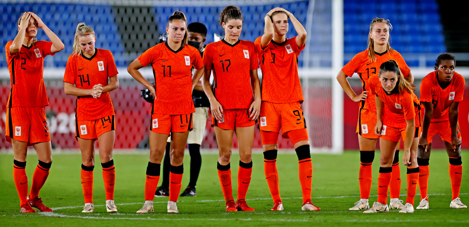Voetbalsters van Nederland vlak na de uitschakeling tegen de Verenigde Staten.