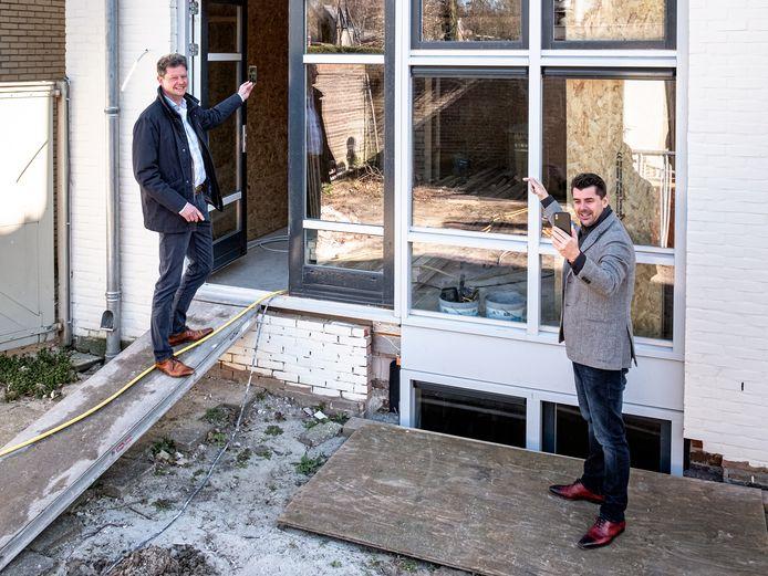 Makelaar Arne Hopstaken (rechts) en Jeldrik van Rhijn (links) van Govaert Makelaars gebruiken nu hun telefoon om bezichtigingen live te streamen op internet.