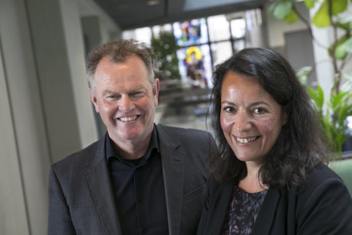 Scheidend Peelgemeenten-directeur Harry Woltring en opvolger Nawelle Sabir in het Deurnese gemeentehuis.