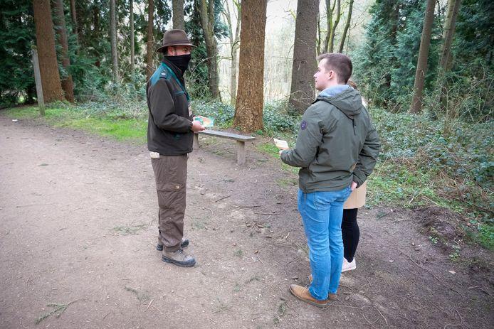Boswachters en vrijwilligers sensibiliseren mensen in het Zoniënwoud over de kwetsbaarheid van het bos.