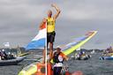 Kiran Badloe heet goud behaald in de RS:X in Enoshima Yacht Harbour tijdens de Olympische Spelen van Tokio 2020.