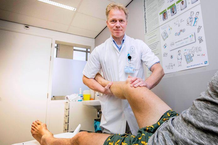 Orthopeed Sander Spruijt onderzoekt een knie.