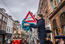 Wethouder Robert van Asten onthuld een verkeersbord in de Zoutmanstraat/hoek Prins Hendrikplein. Foto ter illustratie.