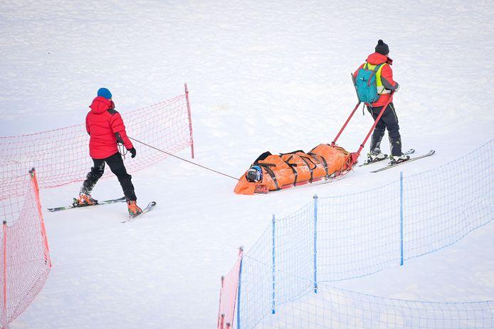 Adriana Jelinkova wordt weggedragen na haar val.