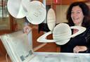 Marietje Ruijgrok bij één van de objecten op de expositie.