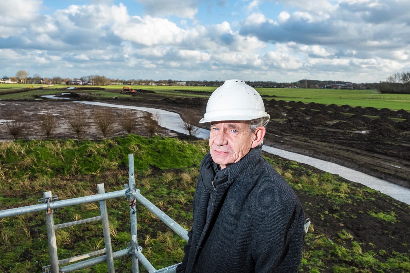 Projectleider Han Wartna van Boei bekijkt de beek vanaf de bouwsteiger.