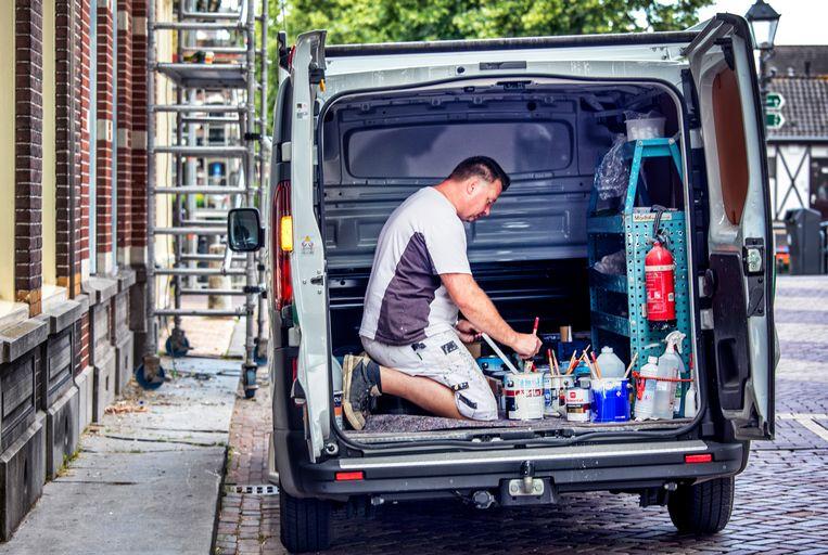 Een schilder, zzp-er, aan het werk in Gorinchem.  Beeld Raymond Rutting / de Volkskrant