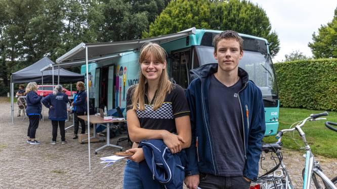 Politie houdt oogje in het zeil na 'aangekondigd welkom' door coronacriticasters bij bezoek GGD-prikbus in Nieuwleusen