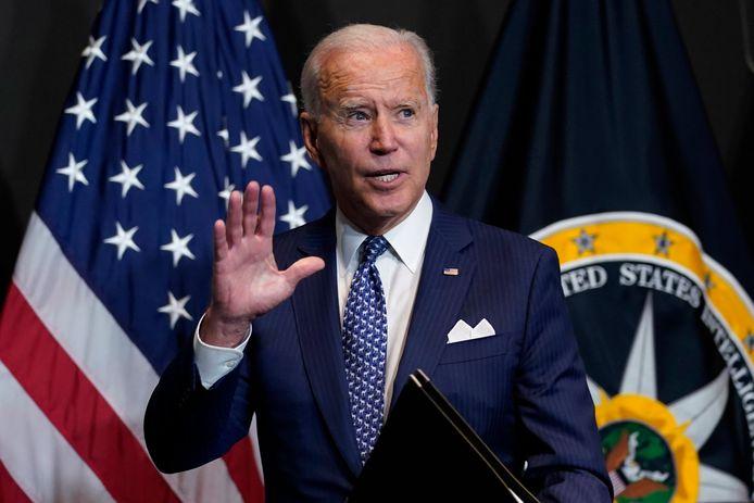 De Amerikaanse president Biden na zijn toespraak bij de inlichtingendiensten.