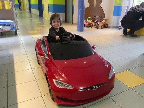 Elise Coene in de rode Tesla.