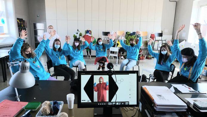 In de Heilige Familie moesten de leerlingen raden welke leerkracht achter het masker zat.