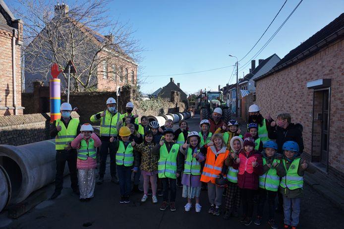 De kinderen van de plaatselijke gemeenteschool De Horizon kwamen de werf bekijken van de grote werken in Snaaskerke