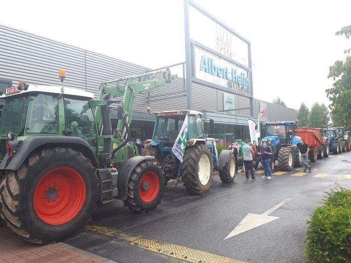 De melkveehouders protesteerden aan Albert Heyn in Ronse.