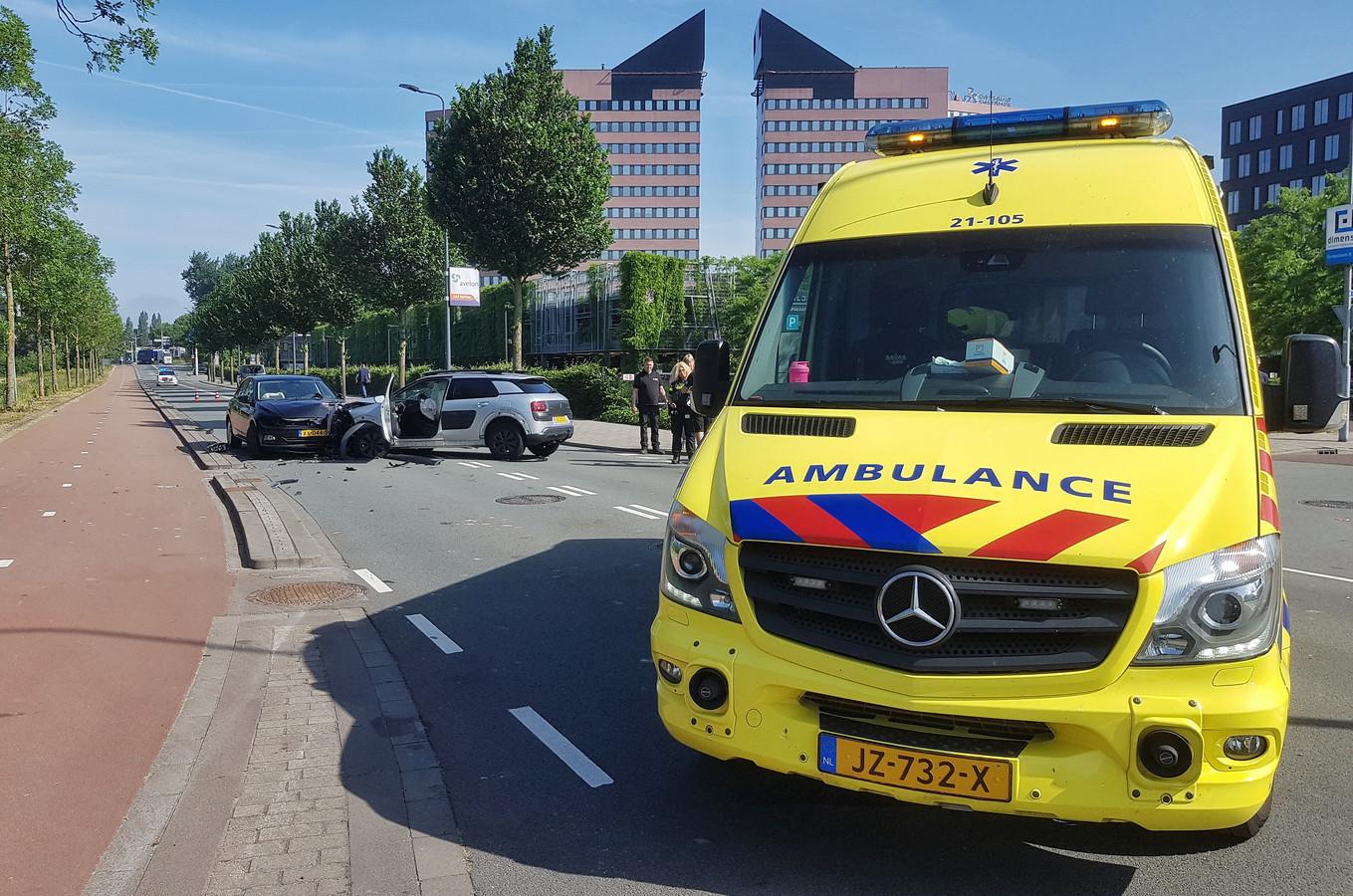 Drie auto's botsen tegen elkaar op Reitscheweg in Den Bosch