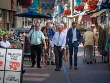 Nieuwe rol voor burgemeester Koelewijn als 'shopguide' in zijn eigen Kampen